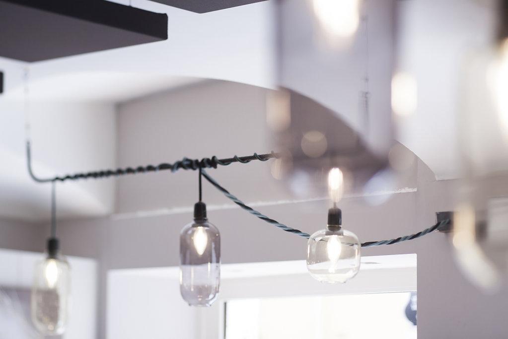 lampade-sospese-sala-sfocato.jpg
